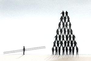 Человек, несущий лестницу вверх по пирамиде