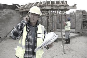 Constructor usando el teléfono en la obra
