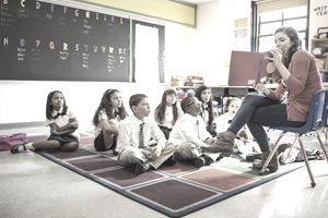 profesor citind o carte de imagine pentru studenți'images aux élèves